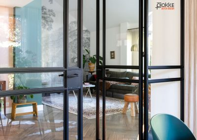 Project-de-kampen-stalen-wand-met-scharnier-deuren-en-zijlichten-staal-zwart-woonkamer-keuken-smal-profiel-detail-foto-16